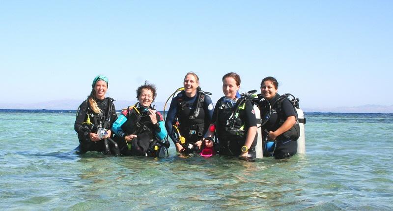 Mädchen tauchen. Girl divers, Dive Urge Dive Resort, Dahab, Ägypten, Sinai-Nord ab Dahab