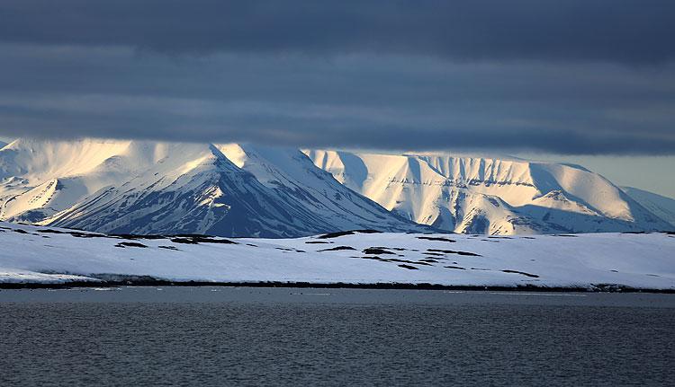 Tauchsafari Svalbard, Svalbard (Spitzbergen),Norwegen,Licht und Schattenspiele über den Eisfeldern von Svalbard