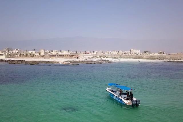 Ashante mit Mirbat im Hintergrund, Sumhuram Divers Oman, Mirbat, Oman
