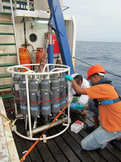 Water samples are being taken on the RV ISLANDIA. © INDP