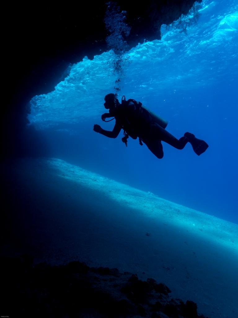 Tauchen in Höhlen im südlichen Oasis , Dahab. Caves dive site at Southern Oasis, Dive Urge Dive Resort, Dahab, Ägypten, Sinai-Nord ab Dahab