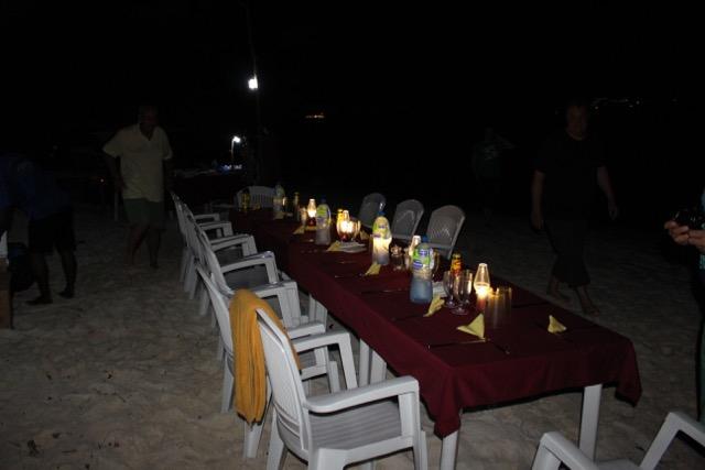 gedeckter Tisch beim Inselbarbecue, Carpe Novo Explorer, Malediven
