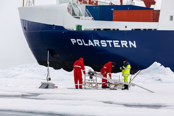 Scientists working on sea ice - © S.Hendrick / AWI