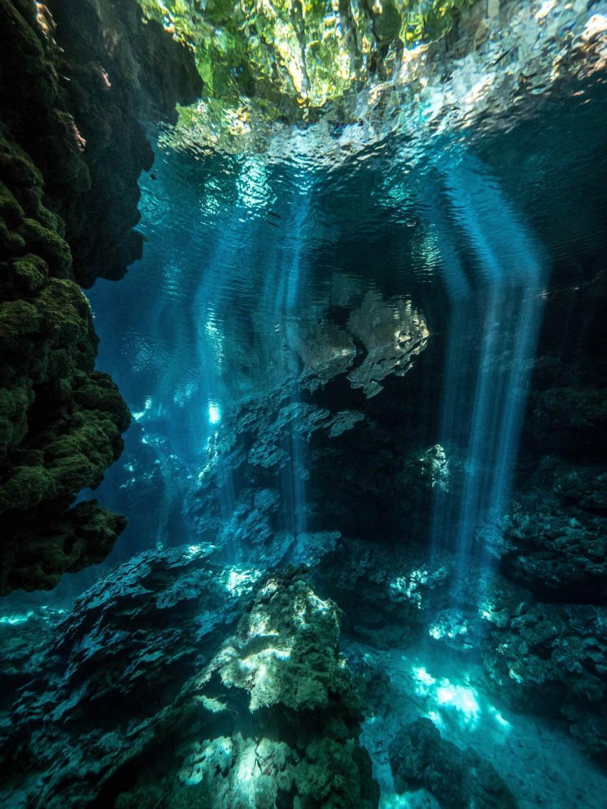 Lichtreflektionen in den Mbulo Caves , M/V Bilikiki, Salomonen