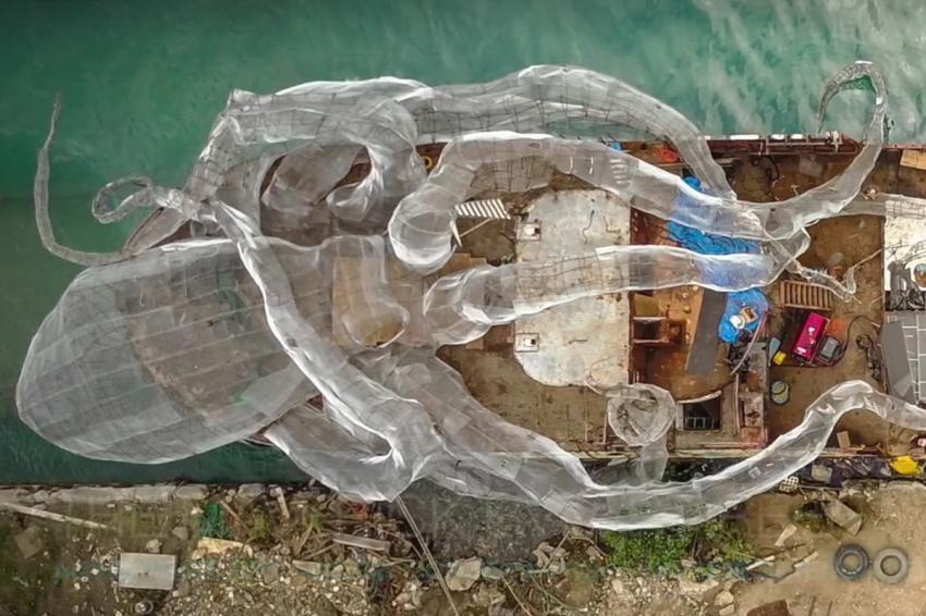 Fast fertig für die Versenkung: Wrack und Riesenkrake, YO-44, Kodiak Queen, Wrack YO-44 (Kodiak Queen), Britische Jungferninseln