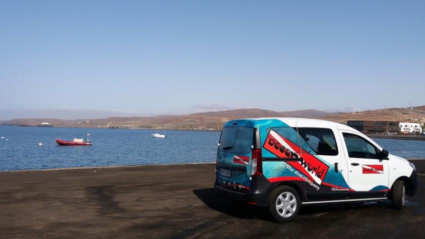 Auto und Boot an der Hafenmauer, Ocean World Dive Center, Tarajalejo, Fuerteventura, Spanien, Kanaren (Kanarische Inseln)