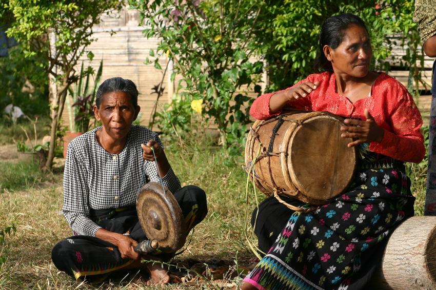 Flores Maumere, Flores Maumere,Indonesien,Einheimische,musizieren,Instrumente,2 Frauen