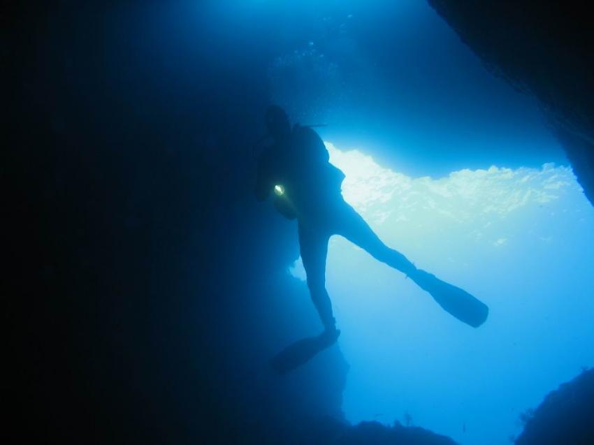 Taucher am Höhleneingang - Gegenlicht