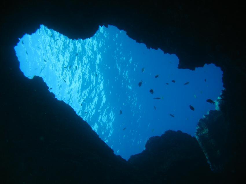 Blick von der Höhle ins Blau