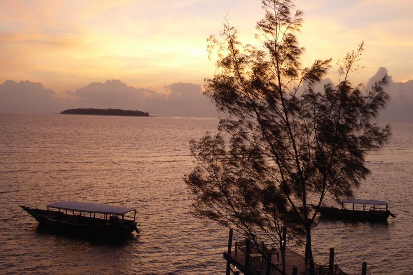Tauchboote vor der Lodge mit Mnemba Atoll, Dive Point Zanzibar, Tansania