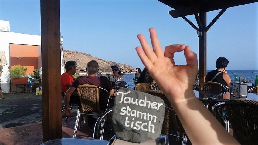 Taucherstammtisch direkt vor der Basis mit Meerblick, Ocean World Dive Center, Tarajalejo, Fuerteventura, Spanien, Kanaren (Kanarische Inseln)