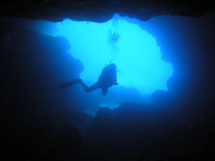 Malta allgemein, Malta allgemein,Malta,höhle,ausgang,eingang,taucher,licht,blau