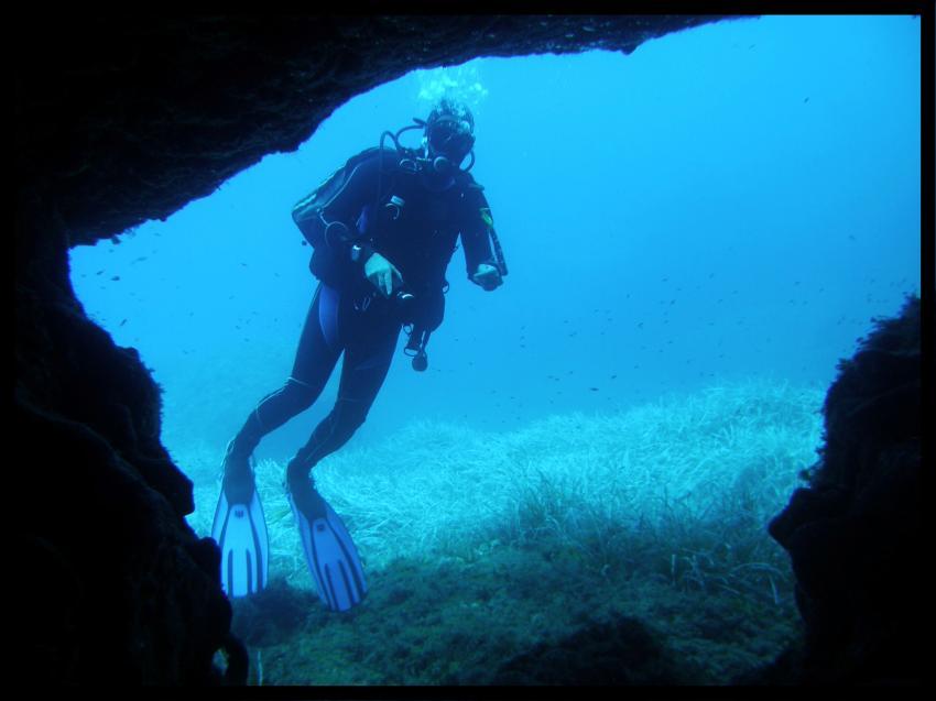 Malta allgemein, Malta allgemein,Malta,höhle,eingang,ausgang,taucher,warten,aufrecht