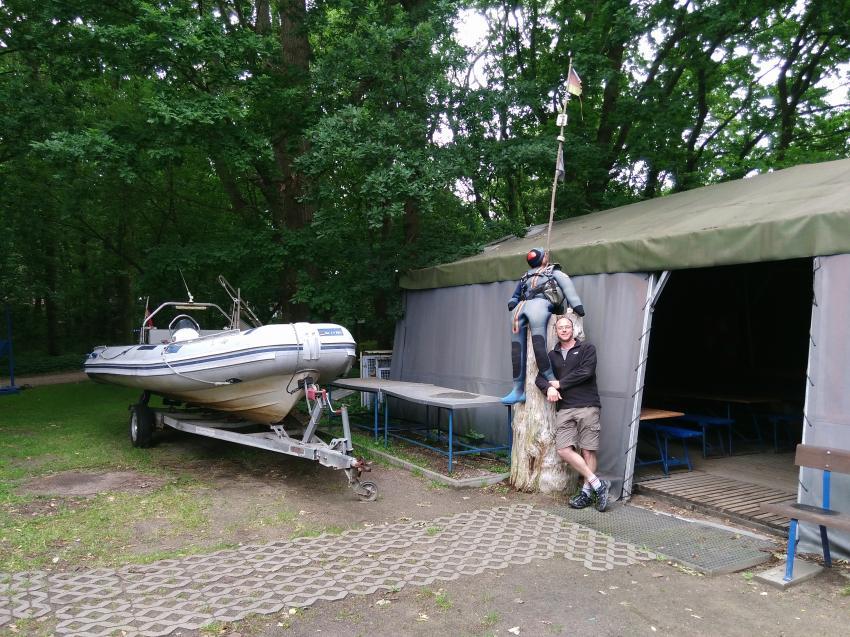 Schlauchboot und Zelt zum Umziehen, Tauchbasis Baltic, Kühlungsborn, Deutschland, Mecklenburg-Vorpommern