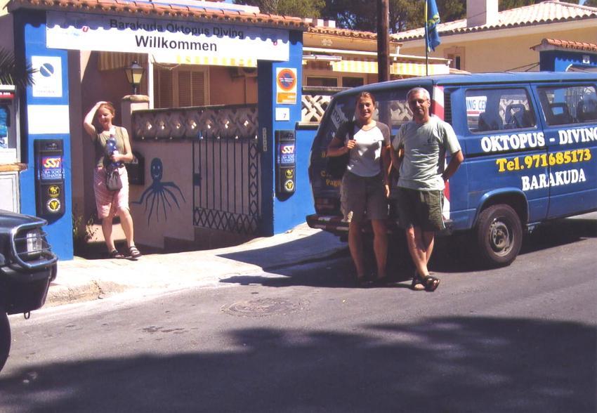 Mallorca - Cala Monjo, Mallorca,Cala Monjo,Spanien,Tauchcenter,bus,basisbus,warten,eingang,strasse