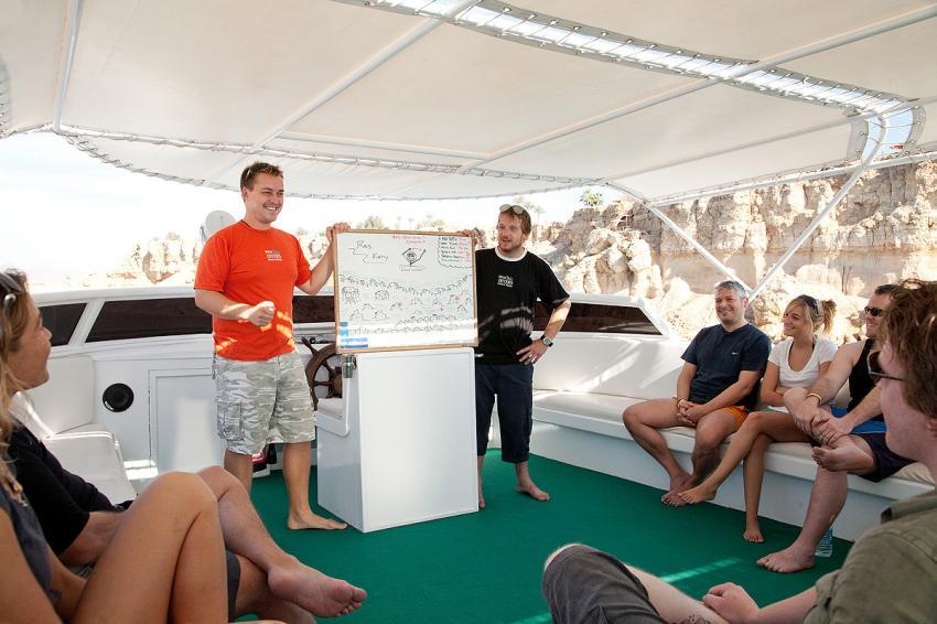 Briefing auf dem Tagesboot, Sinai Divers, Na'ama Bay, Sharm el Sheikh, Ägypten, Sinai-Süd bis Nabq