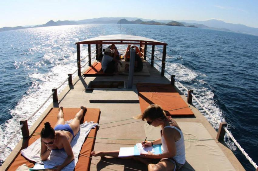 Tagesboot Sonnendeck, Komodo Dive Center day boat, Komodo Dive Center, Labuan Bajo‬, Indonesien, sonnendeck, sonne