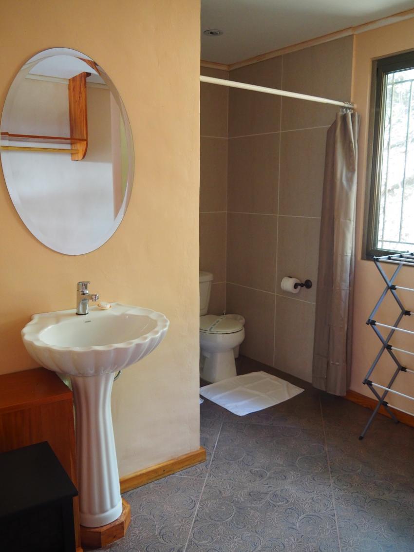 Bad mit angrenzendem WC und großer Dusche, Aliiibamou Resorts ♥ Carolines, Palau, Palau