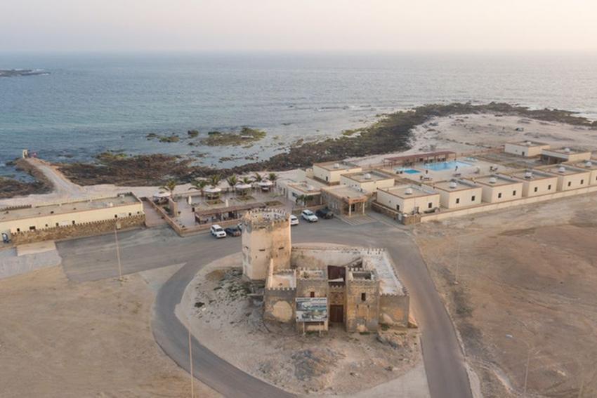 Roshan Resort mit Tauchbasis, Restaurant, Bungalowanlage und Hausriff, Sumhuram Divers Oman, Mirbat, Oman