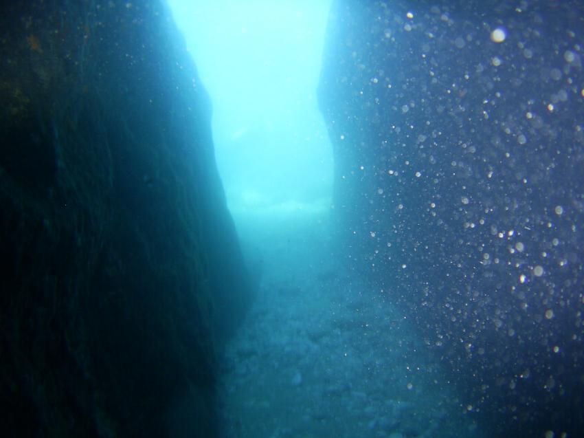 Aus einer Höhle hinaus., Arian Diving Center, Kos, Kardamena, Griechenland