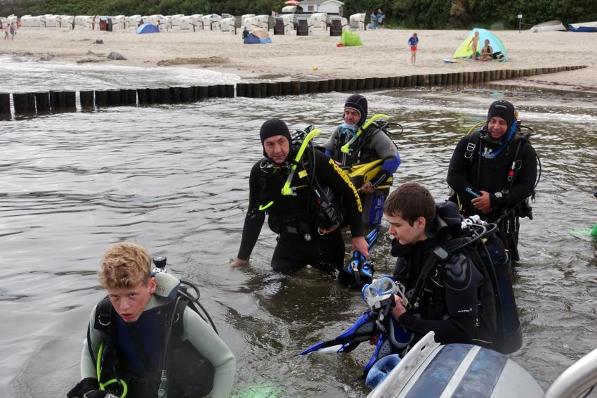 Einstieg ins Boot, Bootstauchgang, Tauchbasis Baltic, Kühlungsborn, Deutschland, Mecklenburg-Vorpommern