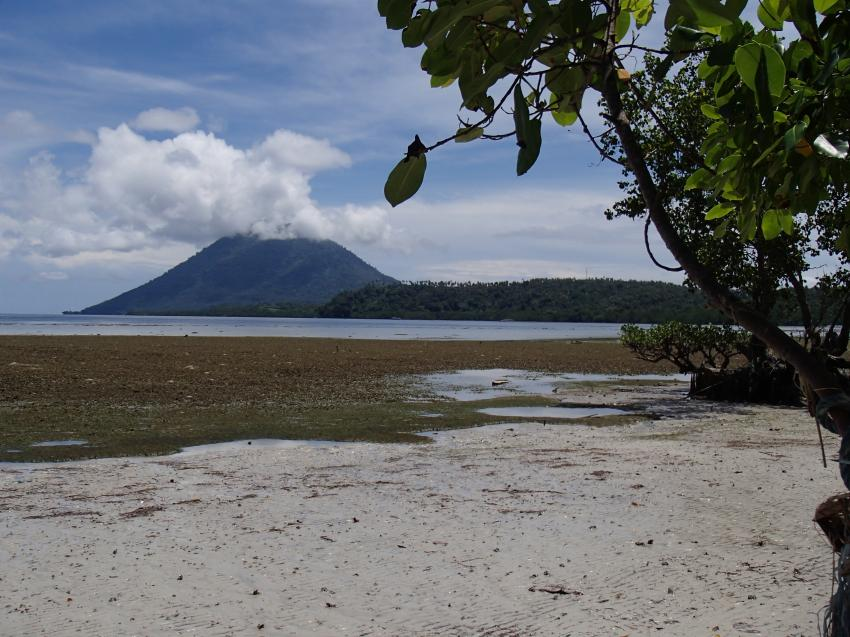 Beach at low tide, Gecko Dive Center, Bunaken, Indonesien, Sulawesi