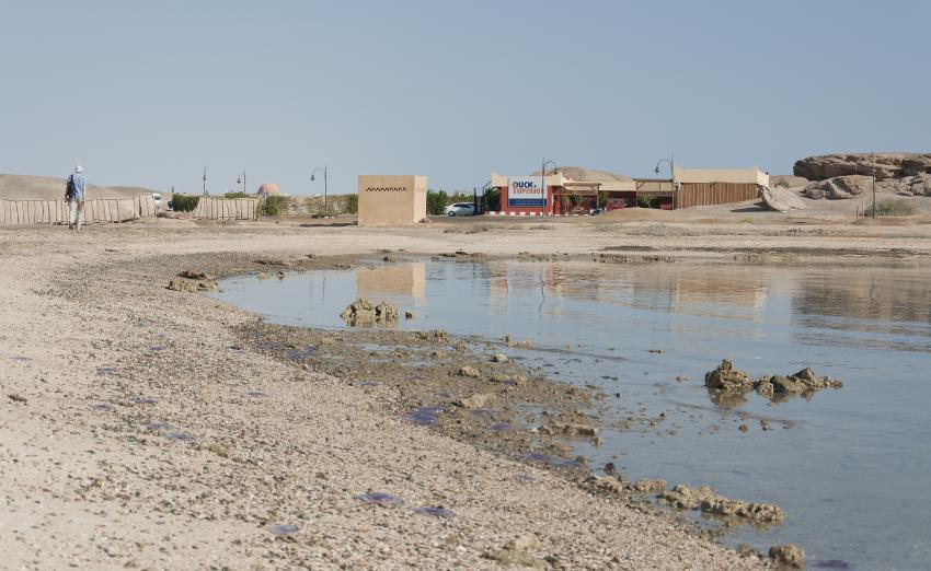 Die Basis und der kurze Fußweg entlang der Bucht vom Hausstrand des Aurora Bay Oriental, Ducks Superior Marsa Alam, Ägypten, Marsa Alam und südlich