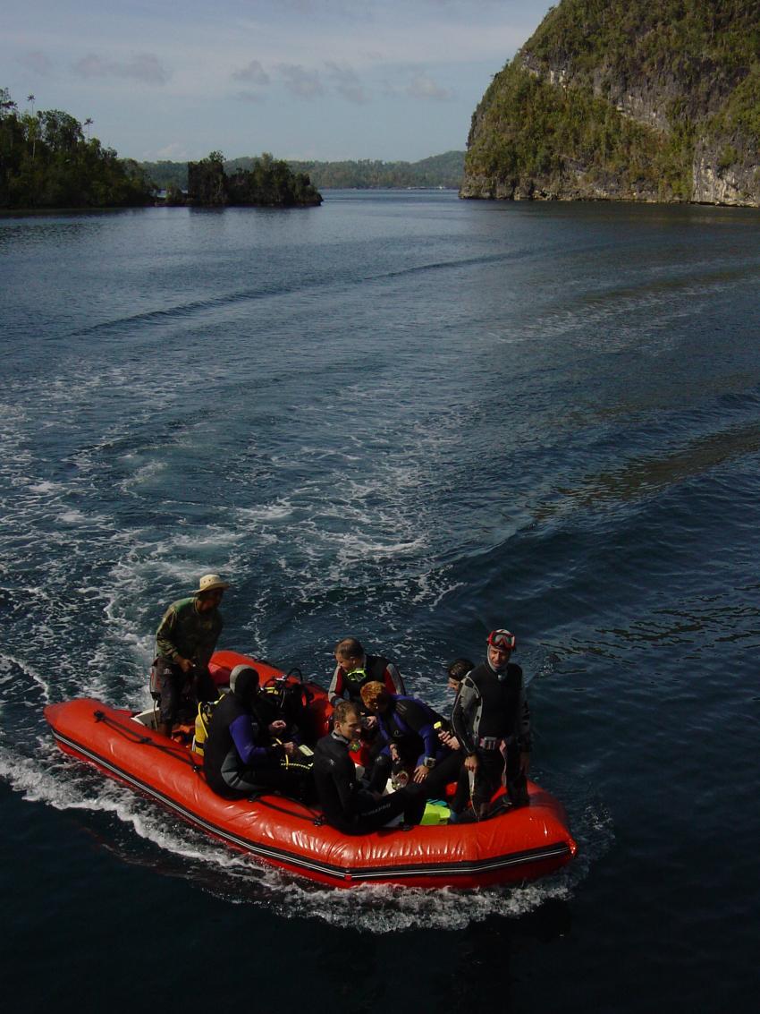 Irian Jaya - Pindito Kreuzfahrt, Irian Yaja,Indonesien,schlauchboot,zodiak,tauchplatz