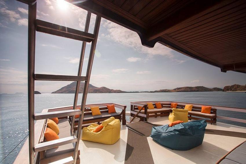 Upper deck lounge MV Ambai, Upper deck lounge MV Ambai, MV Ambai, Indonesien, Allgemein