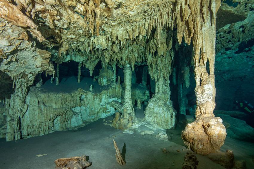 ganz rechts ist eine Taucherin zu sehen!, Cenoten, Höhle, Cenote Adventures, Mexiko