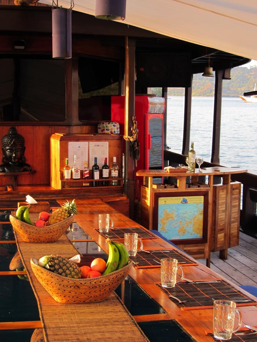 Bar auf Hauptdeck, Moana Cruising - Liveaboard Komodo, Indonesien