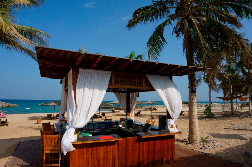 Beachbar, Strandfeeling mit Hängematten und Chilloutarea, Extra Divers, Sifawy Boutique Hotel, Sifah, Oman