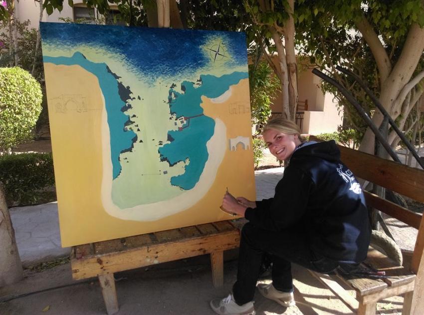 Laura is painting the new Housreefmap, Coraya Divers, Coraya Beach, Marsa Alam, Ägypten, Marsa Alam und südlich