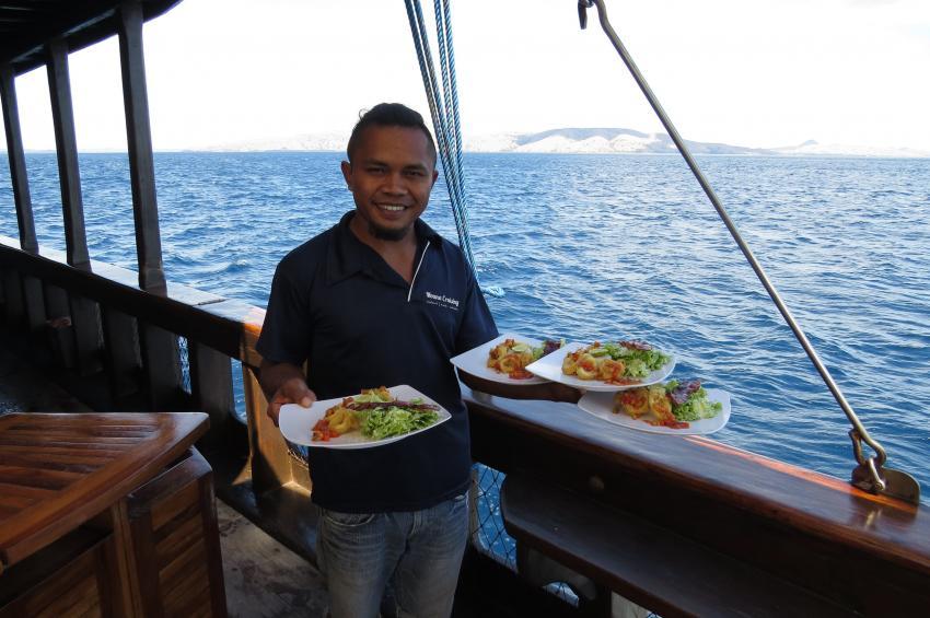 Marsi serviert Mittagessen, Moana Cruising - Liveaboard Komodo, Indonesien