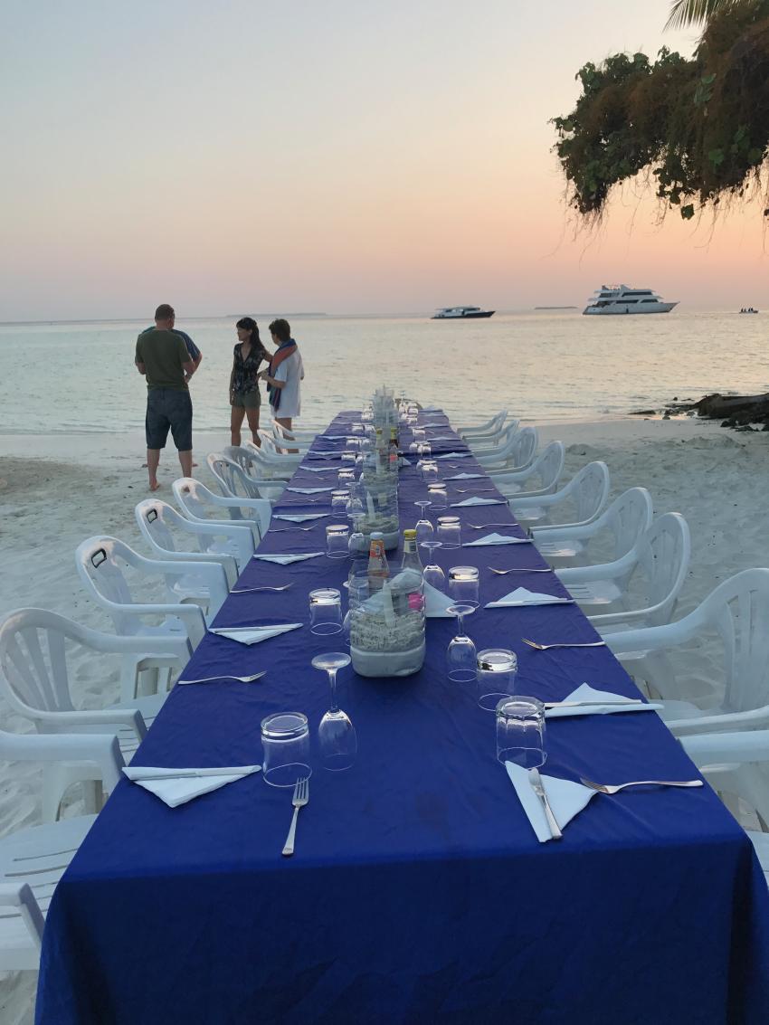 Beach dinner Tafel auf unbewohnter Insel, Emperor Serenity, Malediven
