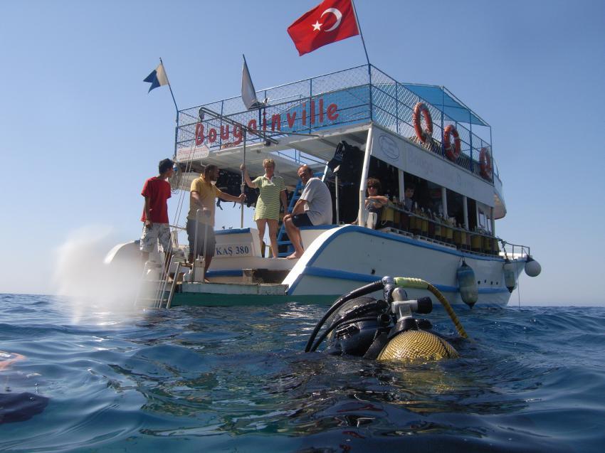 Tauchboot wartet auf Taucher