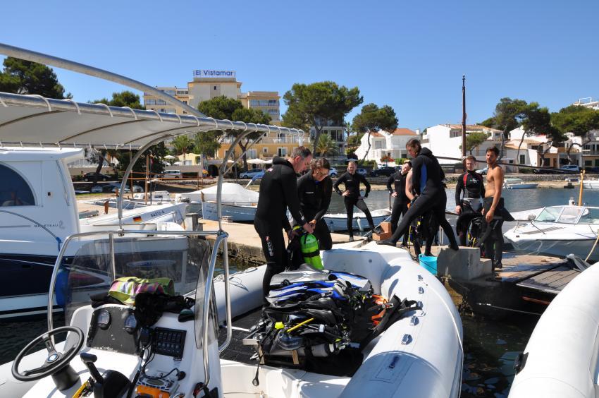 East Coast Divers, Beladen des Bootes, Porto Colom, Mallorca