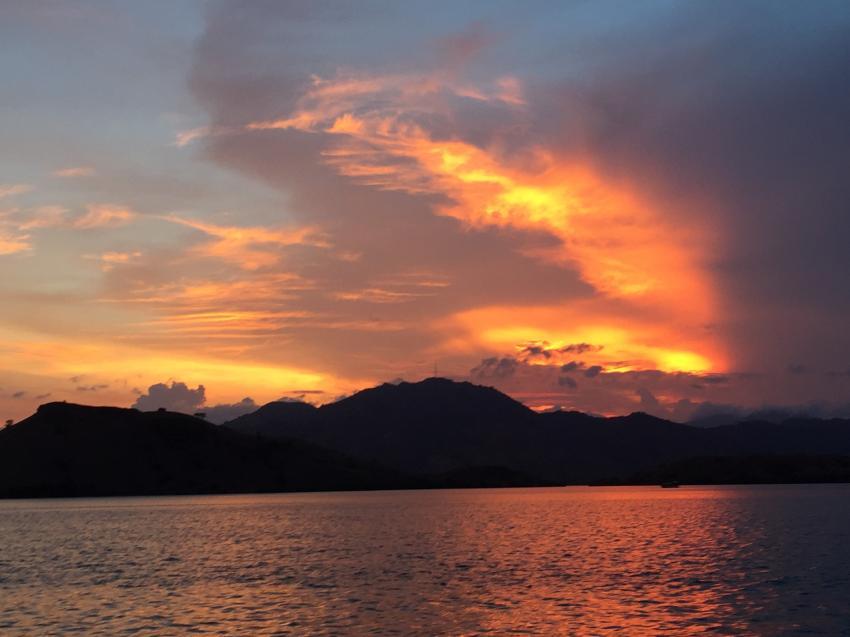 Traumhafte Sonnenuntergänge, Wunderpus Liveaboard Komodo, Indonesien, Allgemein