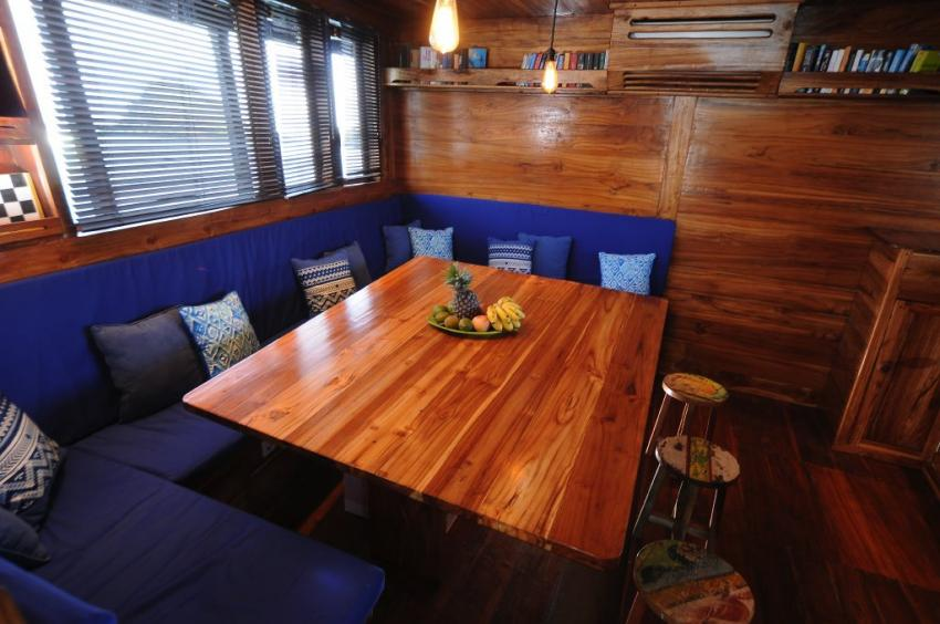 Salon Blick links, Moana Cruising - Liveaboard Komodo, Indonesien