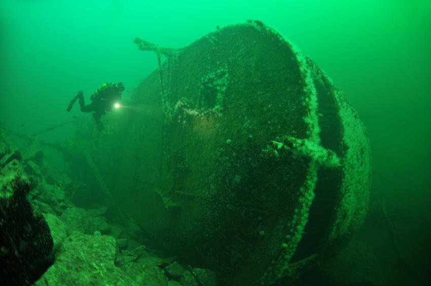 Schiffswrack liegt auf der Seite
