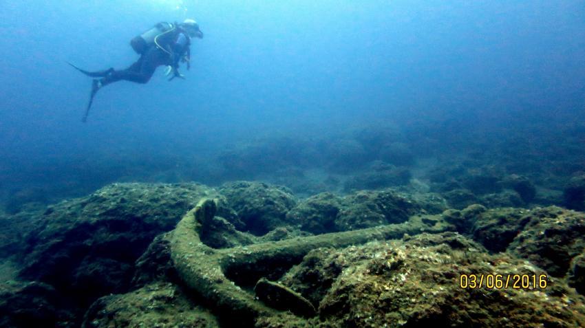 viele Anker und ein paar Taucher , Atlantis, Panormo, Kreta, Griechenland