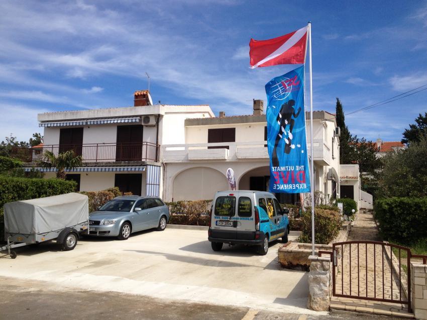 Parkplatz vor dem Tauchcenter, Hang-Loose-Diving, Punat, Insel Krk, Kroatien