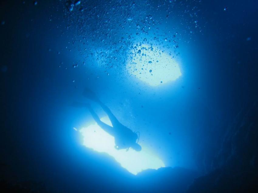 Zwei Höhlenausgänge