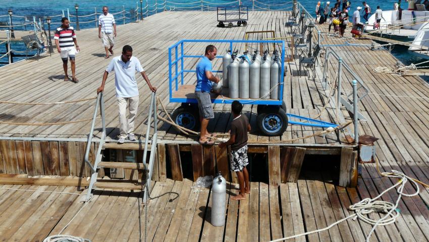 Flaschen und Ausrüstung wurden durch die Basis zum Boot gebracht., Aquastars DC, Amwaj Blue Beach Resort, Ägypten, Safaga