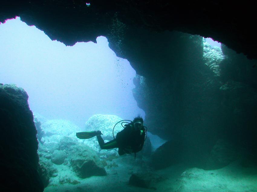 Madeira, Madeira allgemein,Portugal,Taucher,Höhleneingang,Portal,Tor,Lichteinfall,riesig,Kathedrals