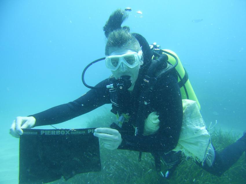 Instructor Ilya Lamkin beim zwischendurch aufräumen., Scuba Turtle - Diving School, Türkei