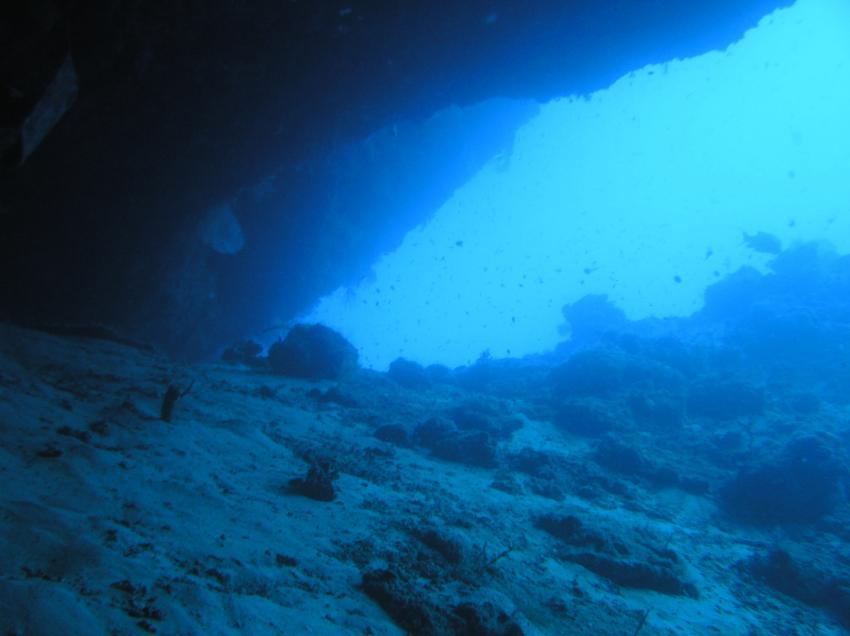 Sipadan - Höhlentauchen, Sipadan,Malaysia,Höhle,Spalte,Blick nach draußen