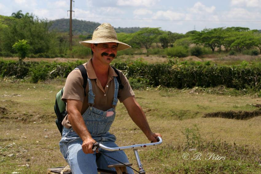 Bahia Naranjo, Bahia Naranjo,Kuba,Einheimischer,Hut,Fahrrad