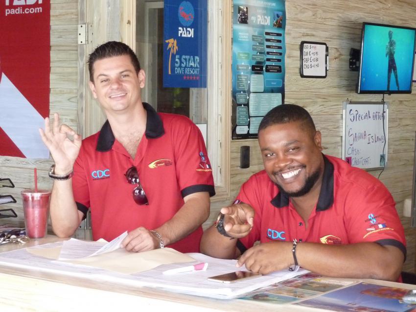 Verwaltungsspezialisten: Romain und James, Pro Dive International Catalonia Bayahibe, Dominikanische Republik