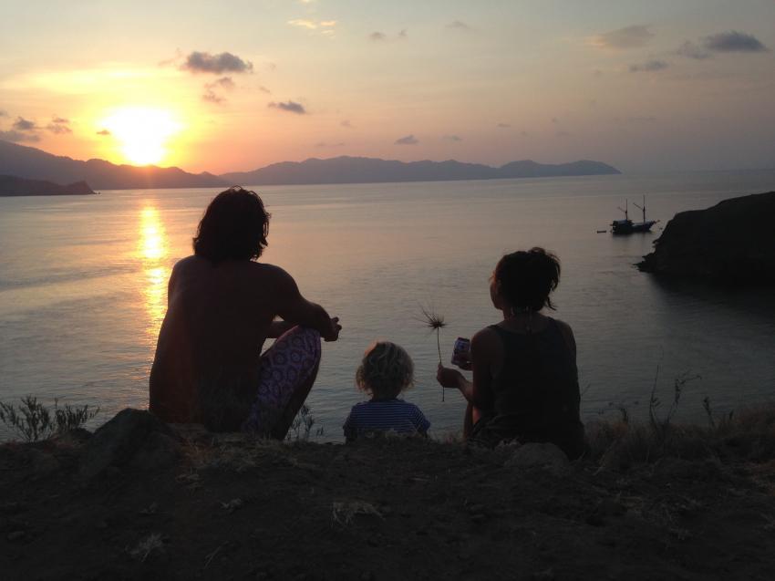 Familienzeit bei Sonnenuntergang, Moana Cruising - Liveaboard Komodo, Indonesien